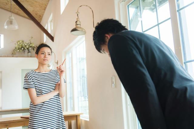 苦情を言う女性とお詫びする男性