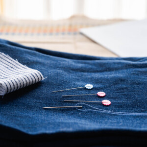糸を通した縫い針やまち針など